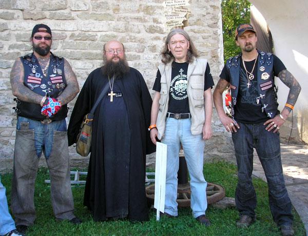 Игумен Сергий (Рыбко) и Юрий Агещев с членами Нарвского байкерского клуба «Magnum».